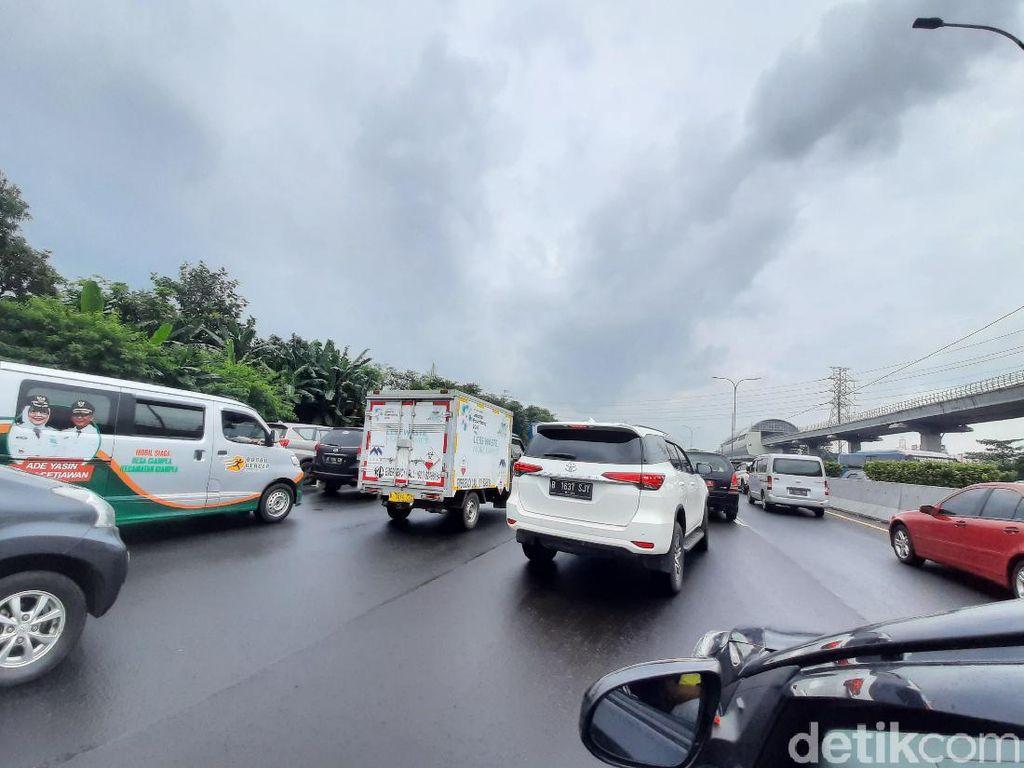 Tol Jagorawi arah Jakarta Macet Parah, Kecepatan Kurang dari 5 Km/Jam