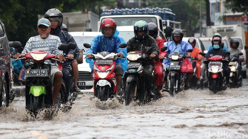Aksi Nekat Menerobos Banjir di Jalan Siliwangi Bekasi