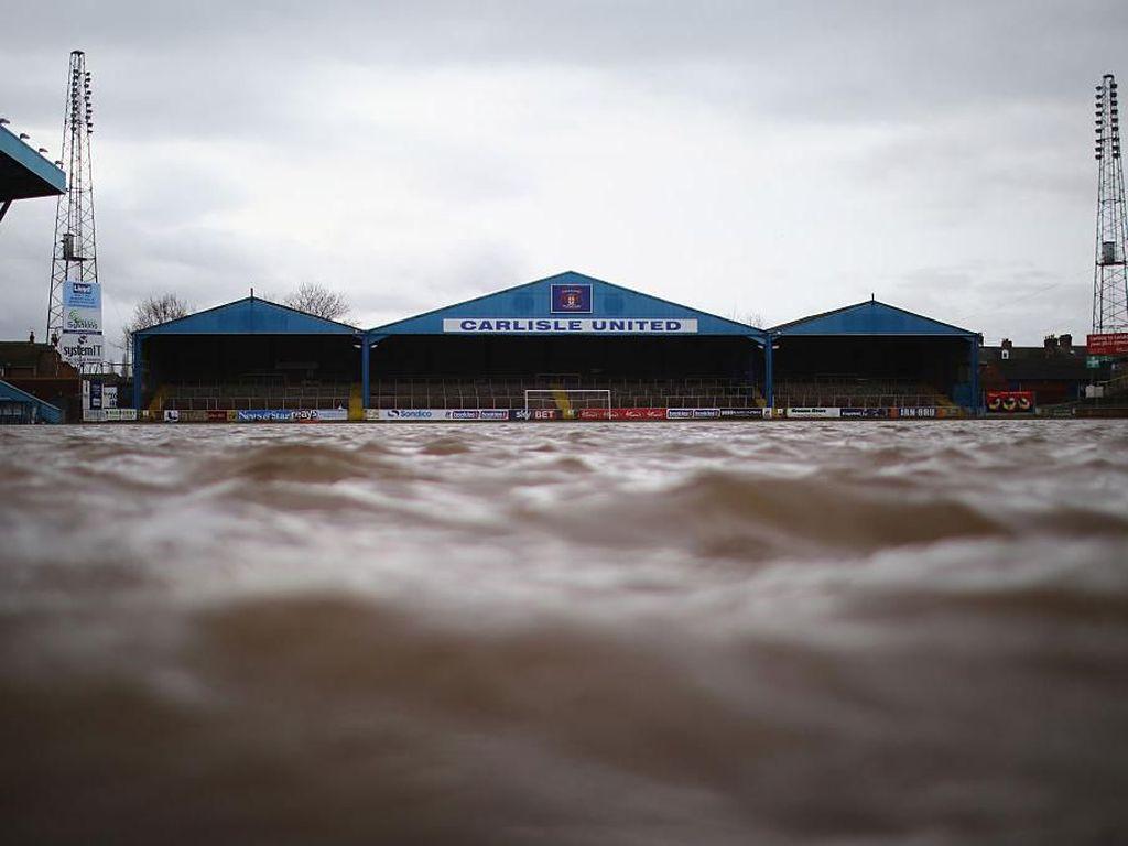 Kisah-kisah Unik Saat Lapangan Sepakbola Tergenang dan Kebanjiran