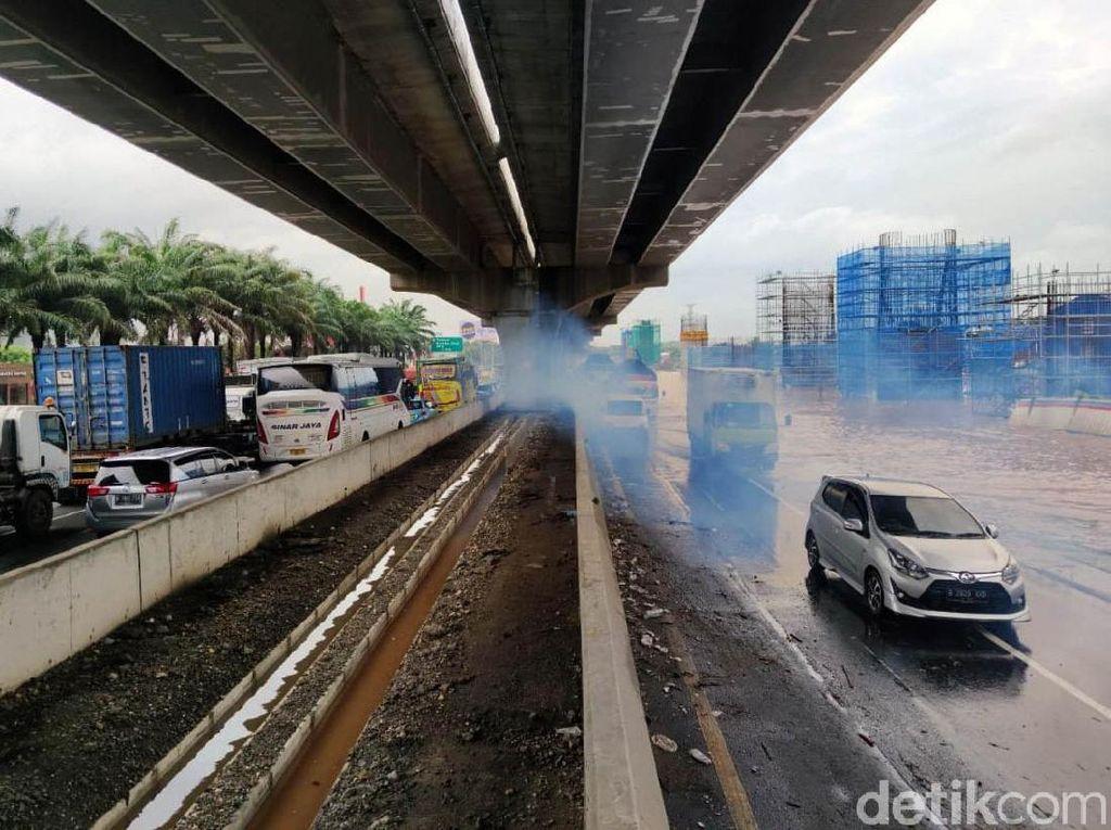 Potret Kemacetan di Tol Jakarta Cikampek Akibat Banjir