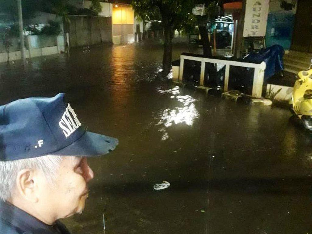 Banjir di Mampang Prapatan, Semua Kendaraan Bermotor Tak Bisa Lewat