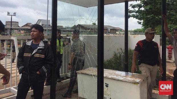 Warga Demo Banjir, Sejumlah Kaca Mal AEON JGC Pecah