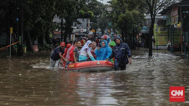 Banjir di Cipayung Jaktim, 5 Keluarga Terima 2 Mi Instan