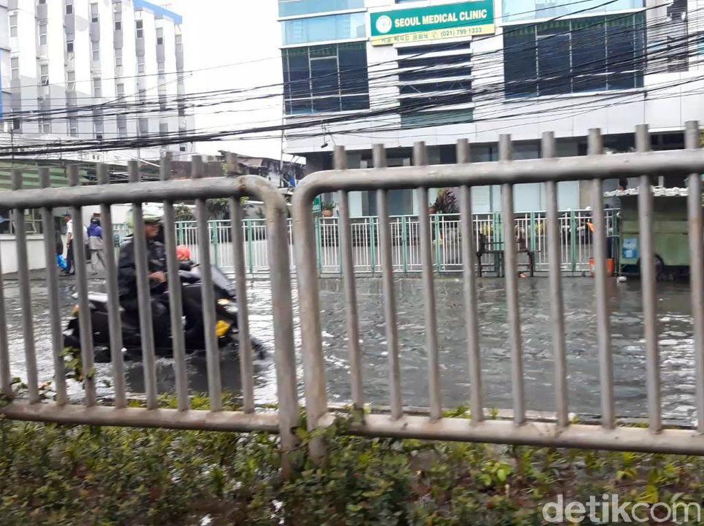 Genangan 50 Cm di Jalan Kapten Tendean Arah Blok M, Motor Nekat Melintas