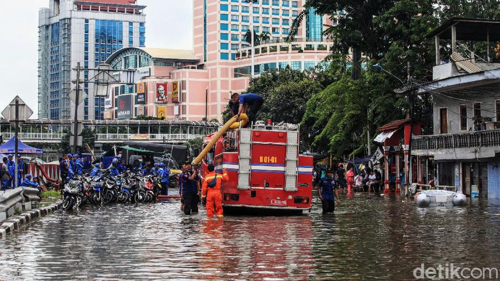 Damkar Sedot Banjir di Grogol