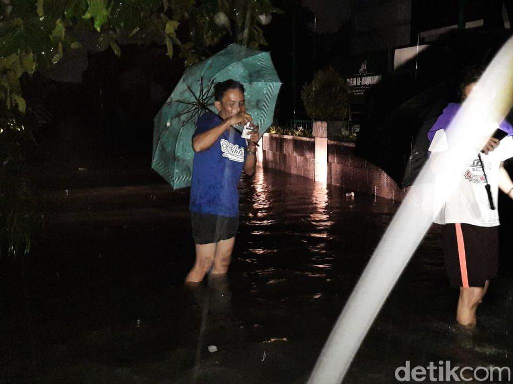 Diguyur Hujan Sejak Tengah Malam, Rawalumbu Jembatan 8 Bekasi Terendam