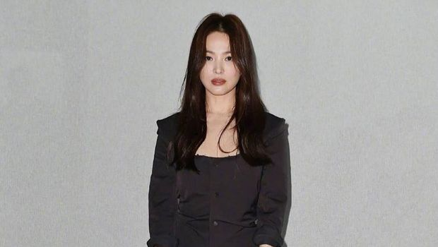 Song Hye Kyo dengan pakaian serba hitam