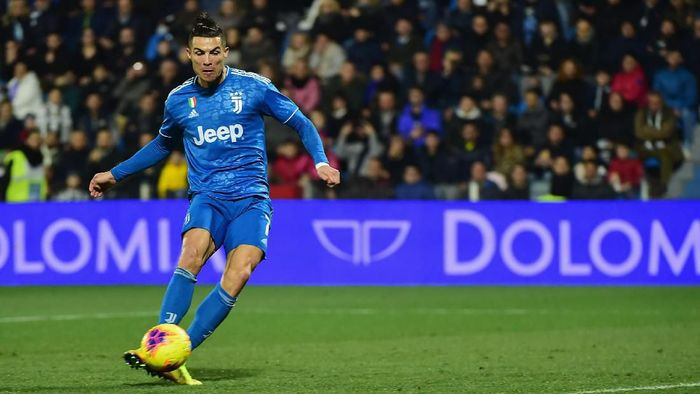 FERRARA, ITALY - FEBRUARY 22:  Cristiano Ronaldo (L) of Juventus shoots to score the first goal of his team during the Serie A match between SPAL and  Juventus at Stadio Paolo Mazza on February 22, 2020 in Ferrara, Italy.  (Photo by Pier Marco Tacca/Getty Images)