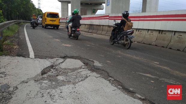 Hujan yang mengguyur kawasan Jabodetak dalam sepekan terakhir bukan hanya menyebabkan banjir di beberapa pemukiman warga. Hujan juga mengakibatkan sejumlah ruas jalan utama atau protokol rusak dan berlubang.
