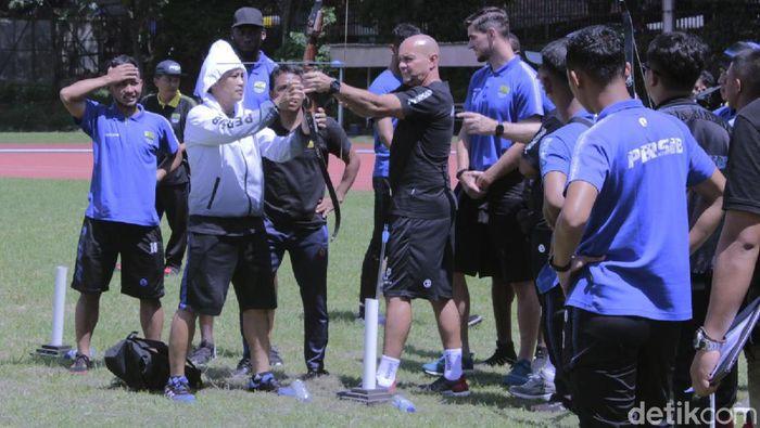 Persib Bandung memilih metode yang unik untuk memulihkan stamina para pemainnya. Kali ini, Maung Bandung berlatih panahan.