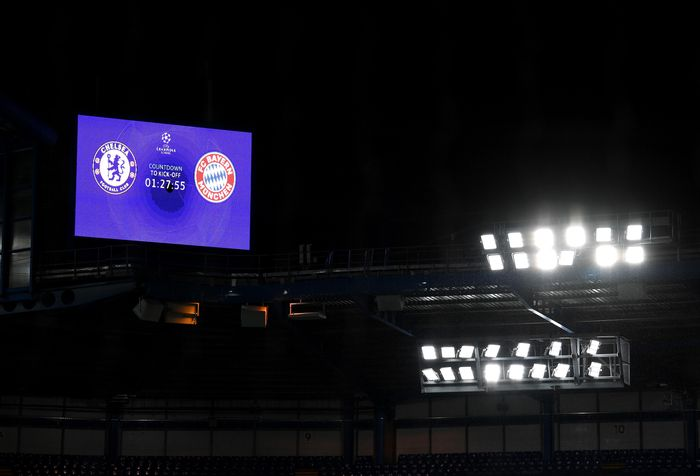 LONDON, ENGLAND - FEBRUARY 25: A view inside the stadium as the big screen shows the countdown until kick off prior to the UEFA Champions League round of 16 first leg match between Chelsea FC and FC Bayern Muenchen at Stamford Bridge on February 25, 2020 in London, United Kingdom. (Photo by Mike Hewitt/Getty Images)