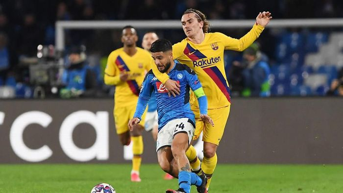 NAPLES, ITALY - FEBRUARY 25: Lorenzo Insigne of SSC Napoli vies with Antoine Griezmann of FC Barcelona during the UEFA Champions League round of 16 first leg match between SSC Napoli and FC Barcelona at Stadio San Paolo on February 25, 2020 in Naples, Italy. (Photo by Francesco Pecoraro/Getty Images)