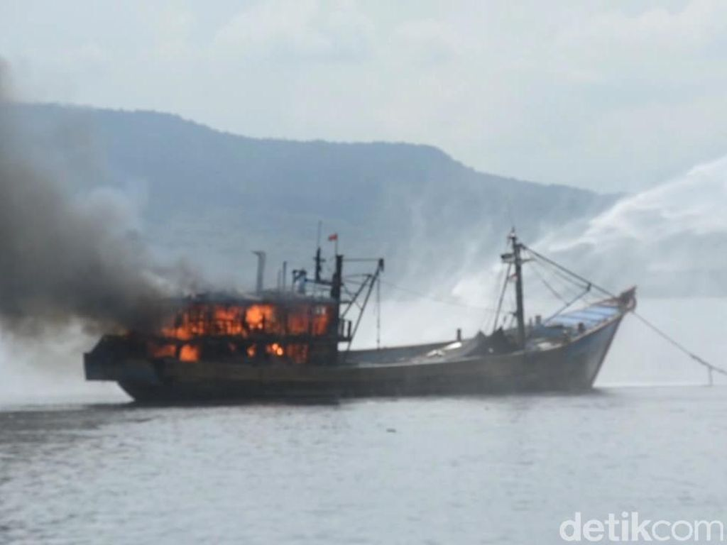 Detik-detik Kapal Ikan Terbakar di Selat Bali