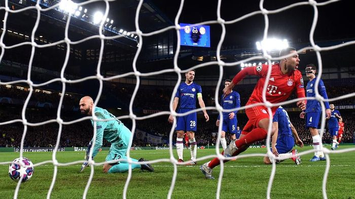 LONDON, ENGLAND - FEBRUARY 25: Serge Gnabry of Bayern Munich celebrates after he scores his teams first goal during the UEFA Champions League round of 16 first leg match between Chelsea FC and FC Bayern Muenchen at Stamford Bridge on February 25, 2020 in London, United Kingdom. (Photo by Mike Hewitt/Getty Images)