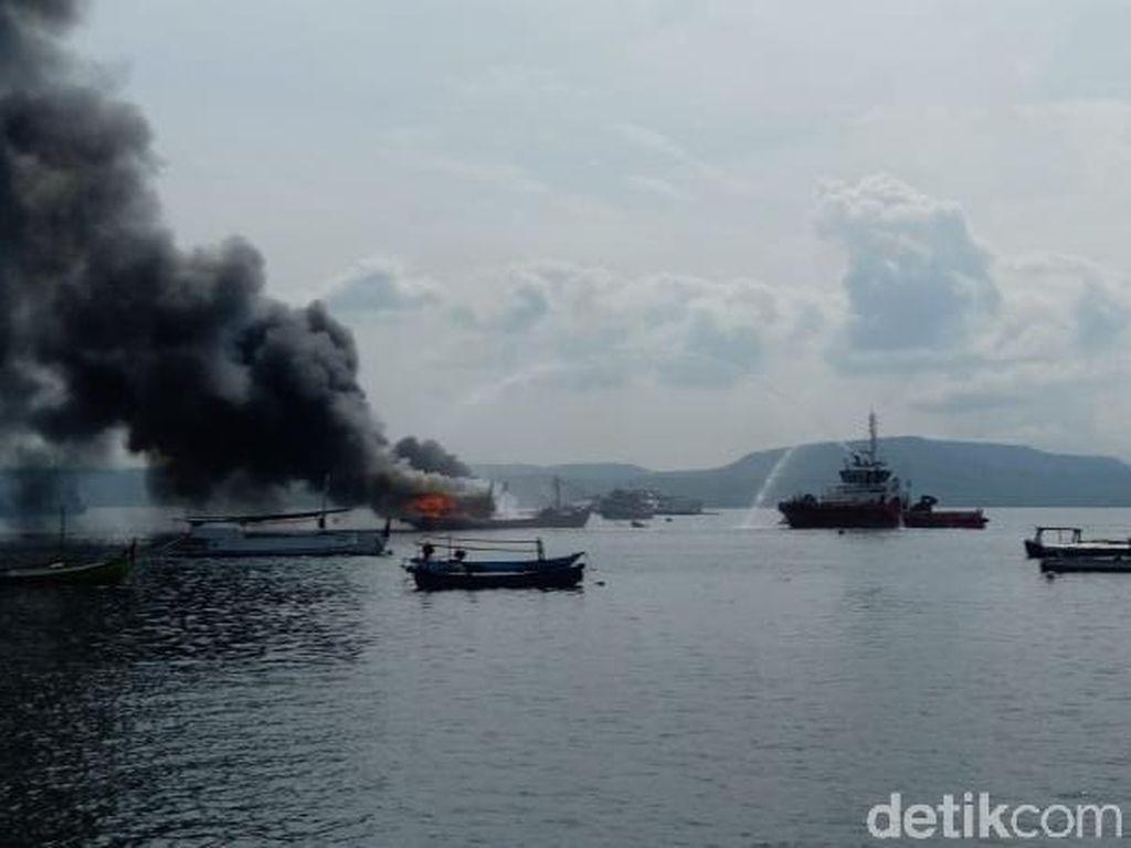 Kapal Muat Ikan Terbakar di Selat Bali Saat Docking