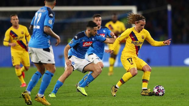 NAPLES, ITALY - FEBRUARY 25: Antoine Griezmann of FC Barcelona battles for possession with Konstantinos Manolas of SSC Napoli during the UEFA Champions League round of 16 first leg match between SSC Napoli and FC Barcelona at Stadio San Paolo on February 25, 2020 in Naples, Italy. (Photo by Michael Steele/Getty Images)
