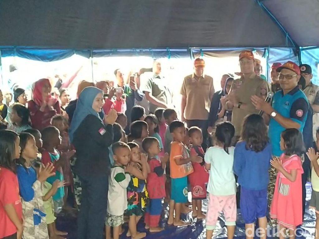 Keseruan Mensos Nyanyi Potong Bebek Angsa di Pengungsian Banjir Jateng