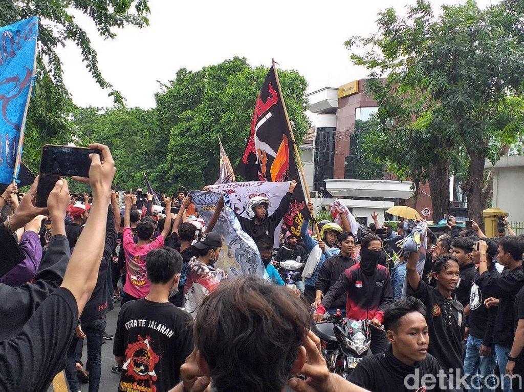 Massa PSHT Geruduk Pengadilan Negeri Surabaya, Satu Lajur Jalan Ditutup