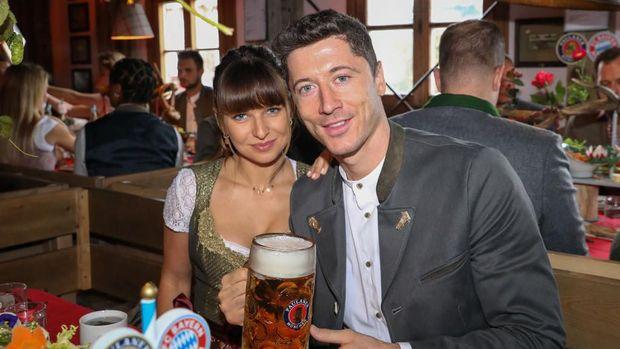 Robert Lewandowski dan istrinya ikut merayakan Oktoberfest.