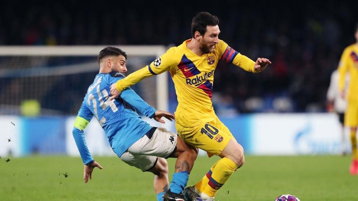 NAPLES, ITALY - FEBRUARY 25: Lorenzo Insigne of SSC Napoli vies with Lionel Messi of FC Barcelona during the UEFA Champions League round of 16 first leg match between SSC Napoli and FC Barcelona at Stadio San Paolo on February 25, 2020 in Naples, Italy. (Photo by Francesco Pecoraro/Getty Images)