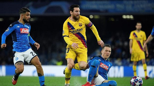 Barcelona's Argentine forward Lionel Messi (C) runs with the ball  during the UEFA Champions League round of 16 first-leg football match between SSC Napoli and FC Barcelona at the San Paolo Stadium in Naples on February 25, 2020. (Photo by Filippo MONTEFORTE / AFP)
