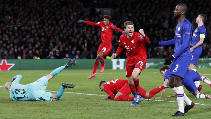 Bayerns Serge Gnabry, bottom, celebrates with his teammate after scoring the opening goal of his team during the Champions League round of 16 soccer match between Chelsea and Bayern Munich at Stamford Bridge in London, England, Tuesday, Feb. 25, 2020. (AP Photo/Frank Augstein)