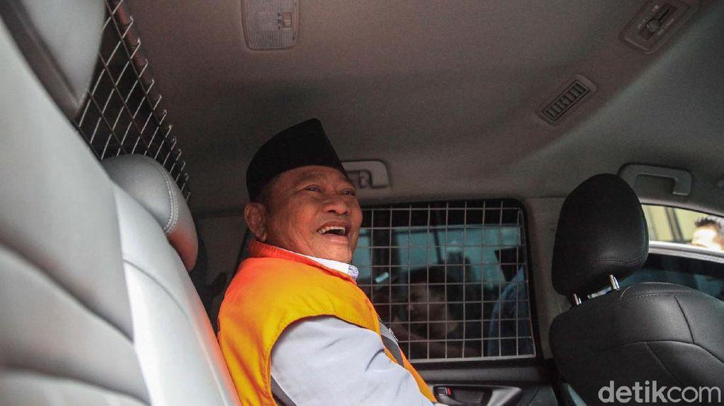 Tawa Bupati Nonaktif Sidoarjo di Mobil Tahanan