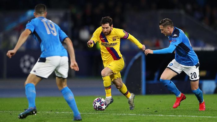 NAPLES, ITALY - FEBRUARY 25: Lionel Messi of FC Barcelona battles for possession with Piotr Zielinski of SSC Napoli and Nikola Maksimovic of Napoli during the UEFA Champions League round of 16 first leg match between SSC Napoli and FC Barcelona at Stadio San Paolo on February 25, 2020 in Naples, Italy. (Photo by Michael Steele/Getty Images)