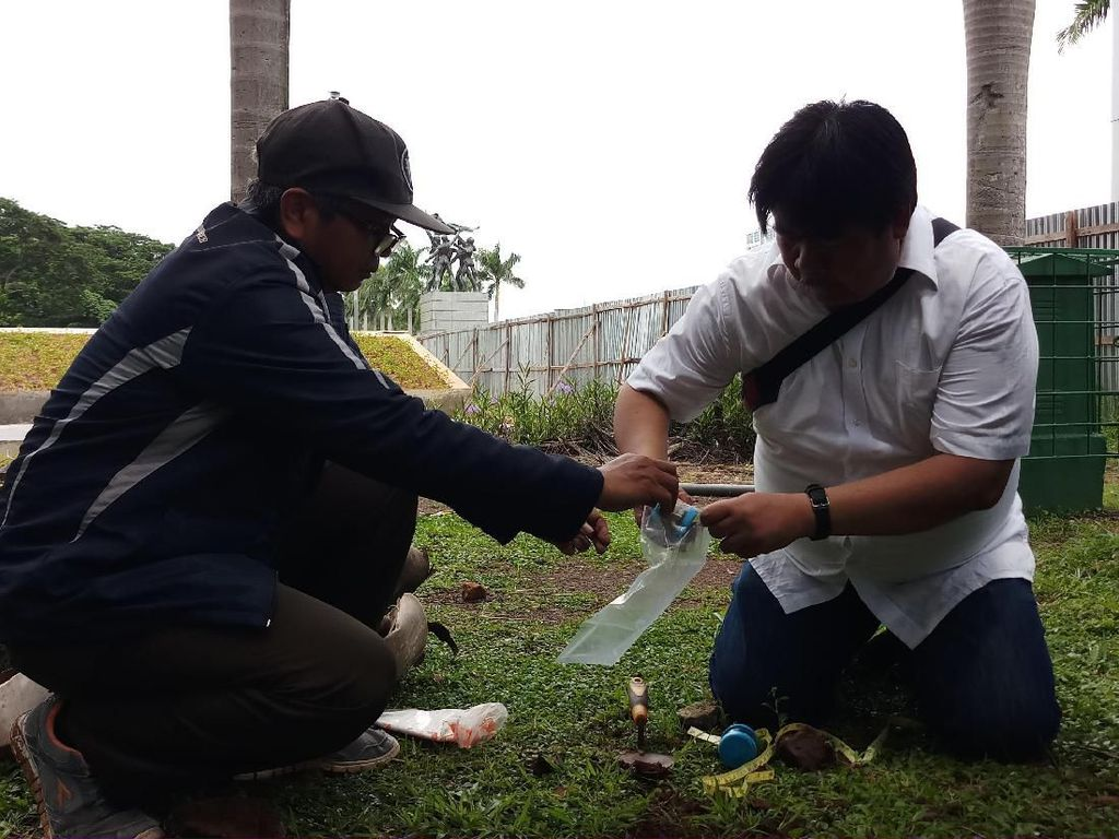 Cek Perusakan, Tim Komisi Pengarah Ambil Sampel Tanah-Pohon Revitalisasi Monas