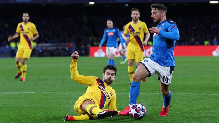 NAPLES, ITALY - FEBRUARY 25: Gerard Pique of FC Barcelona clears the ball of Dries Mertens of SSC Napoli during the UEFA Champions League round of 16 first leg match between SSC Napoli and FC Barcelona at Stadio San Paolo on February 25, 2020 in Naples, Italy. (Photo by Michael Steele/Getty Images)