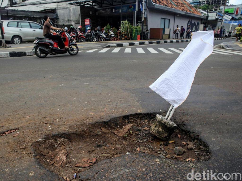 Hati-hati! Ada Jalan Berlubang di Persimpangan Wahid Hasyim