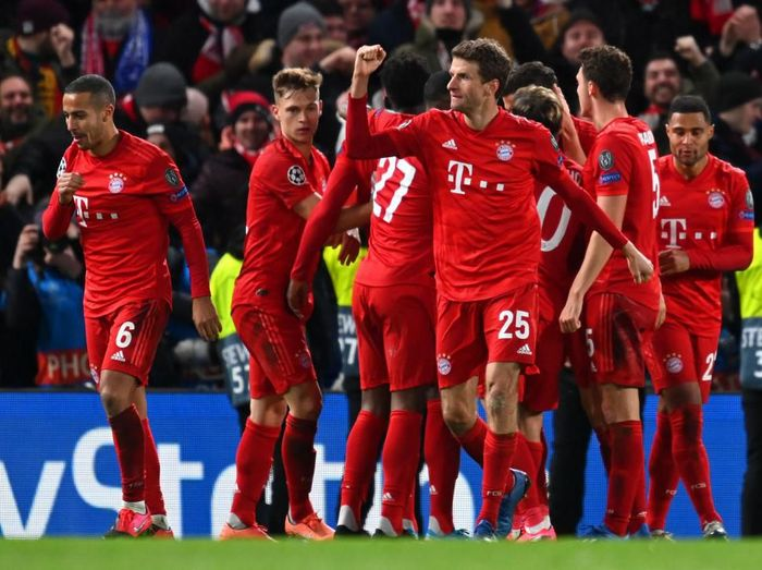 LONDON, ENGLAND - FEBRUARY 25: Thomas Muller of Bayern Munich celebrates a goal scored by Robert Lewandowski  during the UEFA Champions League round of 16 first leg match between Chelsea FC and FC Bayern Muenchen at Stamford Bridge on February 25, 2020 in London, United Kingdom. (Photo by Clive Mason/Getty Images)