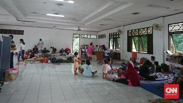 Pengungsi di Gereja Santo Agustinus diberikan ruang serbaguna yang luas untuk beristirahat