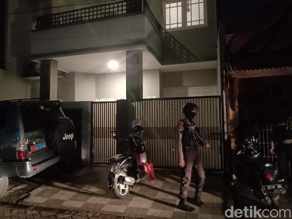 KPK Bawa Beberapa Koper dari Rumah Adik Ipar Nurhadi di Surabaya