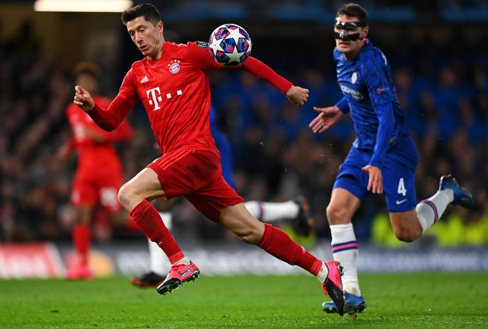 LONDON, ENGLAND - FEBRUARY 25: Robert Lewandowski of Bayern Munich is closed down by Andreas Christensen of Chelsea  during the UEFA Champions League round of 16 first leg match between Chelsea FC and FC Bayern Muenchen at Stamford Bridge on February 25, 2020 in London, United Kingdom. (Photo by Clive Mason/Getty Images)