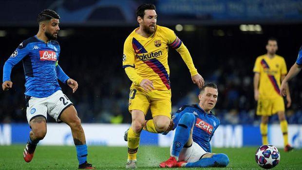 Lionel Messi mendapat pengawalan ketat dari pemain Napoli di sepanjang laga.