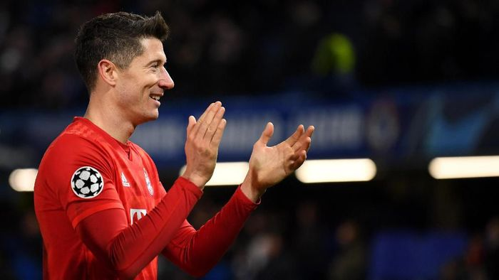 LONDON, ENGLAND - FEBRUARY 25: Robert Lewandowski of Bayern Munich acknowledges the fans  during the UEFA Champions League round of 16 first leg match between Chelsea FC and FC Bayern Muenchen at Stamford Bridge on February 25, 2020 in London, United Kingdom. (Photo by Mike Hewitt/Getty Images)