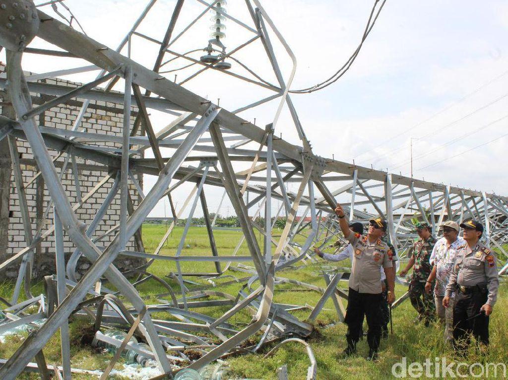 Video Penampakan Tower Sutet Roboh Timpa Rumah di Rembang