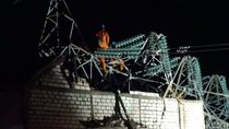 Hampir 24 Jam, Tower PLN yang Roboh di Rembang Belum Terevakuasi