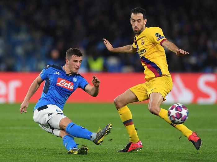 NAPLES, ITALY - FEBRUARY 25: Diego Demme of SSC Napoli vies with Sergio Busquets of FC Barcelona during the UEFA Champions League round of 16 first leg match between SSC Napoli and FC Barcelona at Stadio San Paolo on February 25, 2020 in Naples, Italy. (Photo by Francesco Pecoraro/Getty Images)