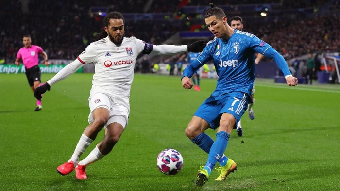 LYON, FRANCE - FEBRUARY 26: Cristiano Ronaldo of Juventus is challenged by Jason Denayer of Olympique Lyon during the UEFA Champions League round of 16 first leg match between Olympique Lyon and Juventus at Parc Olympique on February 26, 2020 in Lyon, France. (Photo by Catherine Ivill/Getty Images)