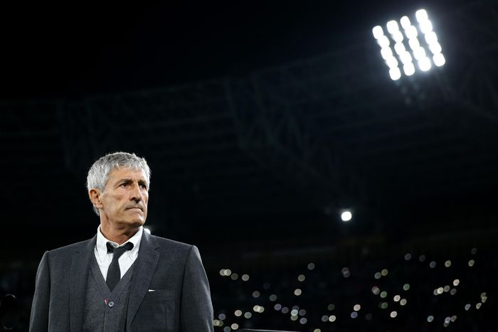 NAPLES, ITALY - FEBRUARY 25:Quique Setien the coach of Barcelona looks on during the UEFA Champions League round of 16 first leg match between SSC Napoli and FC Barcelona at Stadio San Paolo on February 25, 2020 in Naples, Italy. (Photo by Michael Steele/Getty Images)