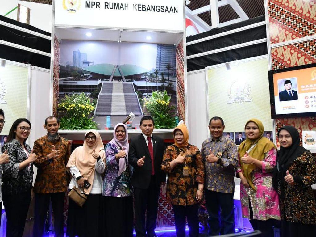 MPR Bagi-bagi Buku Gratis di Kampung Hukum MA