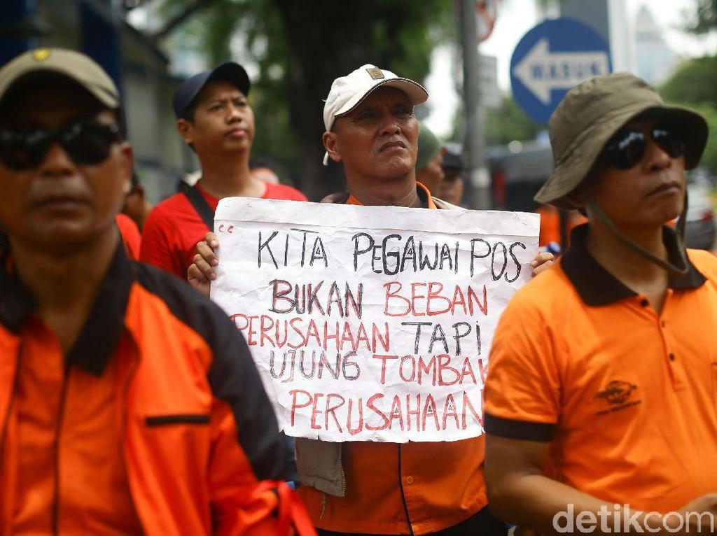 Momen Ratusan Pak Pos Geruduk Kantor Erick Thohir