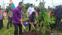 Kunjungi Surabaya, Ketua DPRD Bali Tanam 400 Pohon Bambu di Taman Harmoni