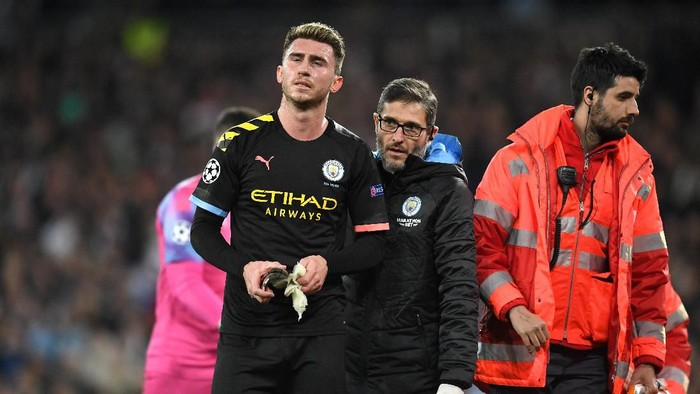 MADRID, SPAIN - FEBRUARY 26: Aymeric Laporte of Manchester City leaves the pitch due to injury during the UEFA Champions League round of 16 first leg match between Real Madrid and Manchester City at Bernabeu on February 26, 2020 in Madrid, Spain. (Photo by David Ramos/Getty Images)