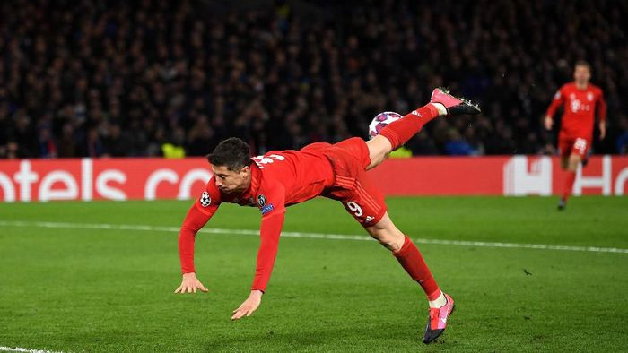 LONDON, ENGLAND - FEBRUARY 25: Robert Lewandowski of Bayern Munich attempts a scorpion kick during the UEFA Champions League round of 16 first leg match between Chelsea FC and FC Bayern Muenchen at Stamford Bridge on February 25, 2020 in London, United Kingdom. (Photo by Mike Hewitt/Getty Images)