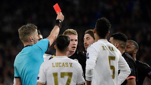 Sergio Ramos mendapat kartu merah langsung.