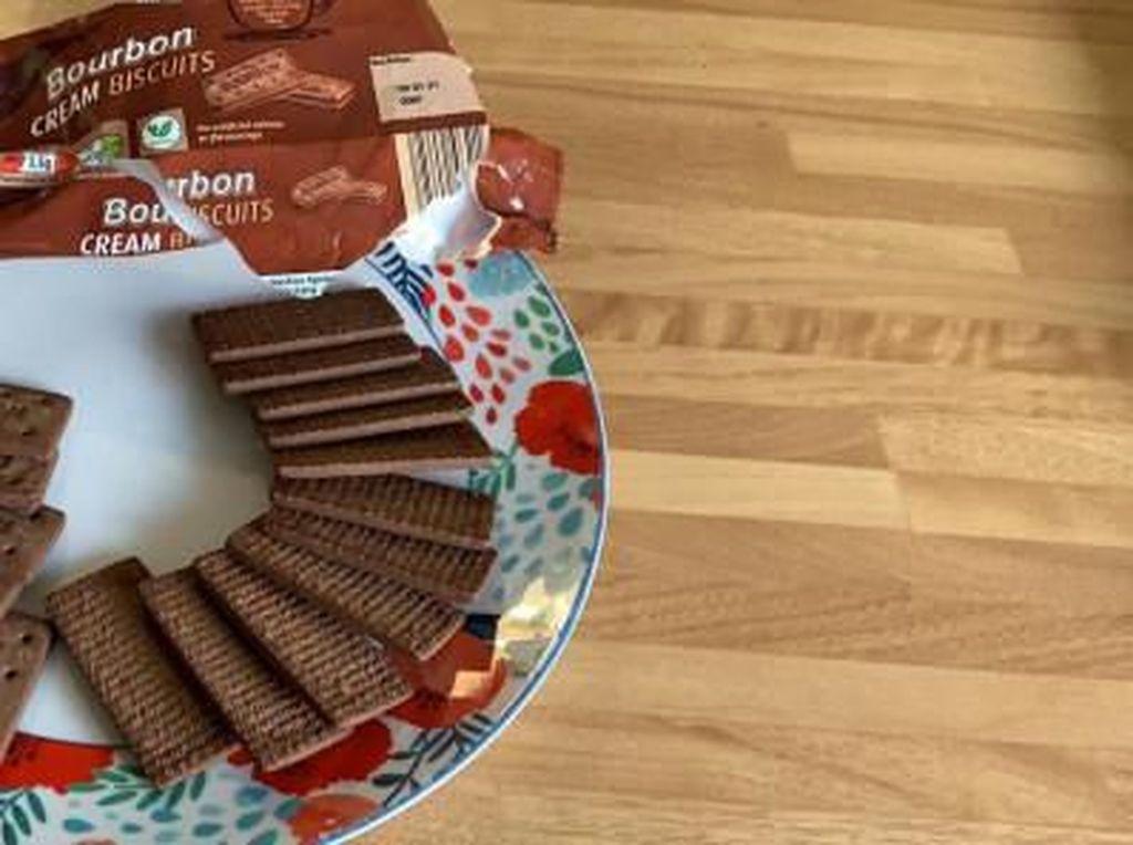 Apes Banget! Ibu Ini Beli Sebungkus Biskuit Tanpa Krim Cokelat