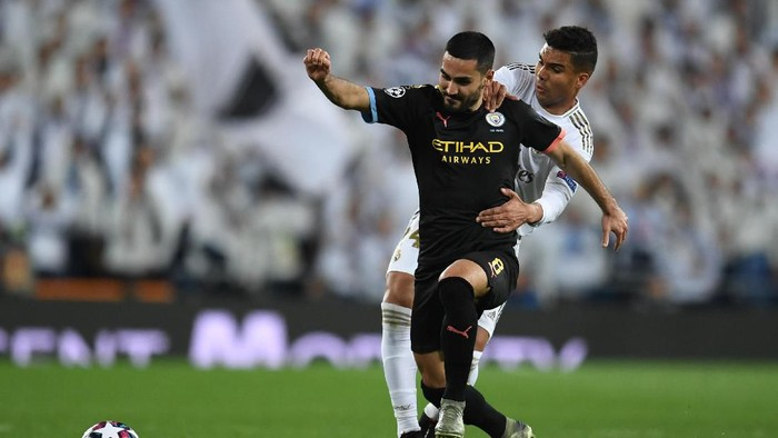 MADRID, SPAIN - FEBRUARY 26: Ilkay Gundogan of Manchester City is challenged by Casemiro of Real Madrid during the UEFA Champions League round of 16 first leg match between Real Madrid and Manchester City at Bernabeu on February 26, 2020 in Madrid, Spain. (Photo by David Ramos/Getty Images)